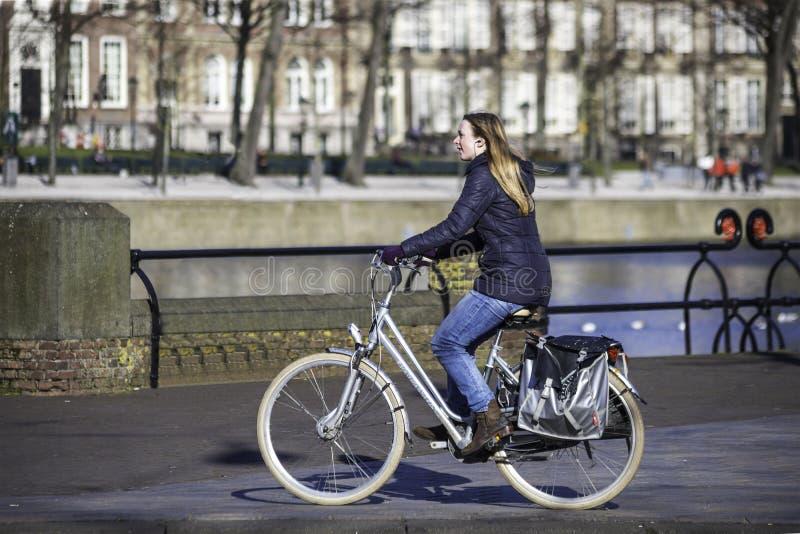 Style de la vie néerlandais - jeûnent le tour dans l'avant le canal photographie stock libre de droits