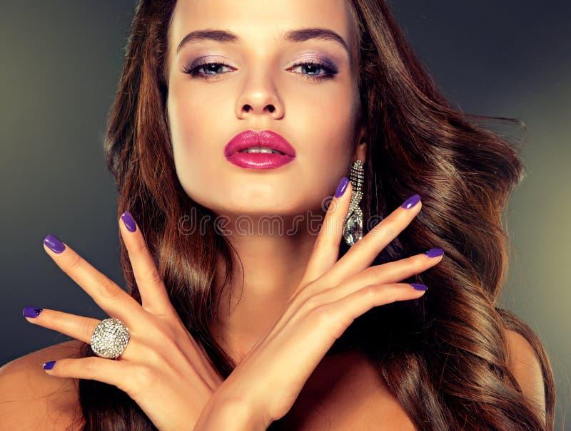 Style de luxe de mode Brune avec de longs cheveux courbés photo libre de droits