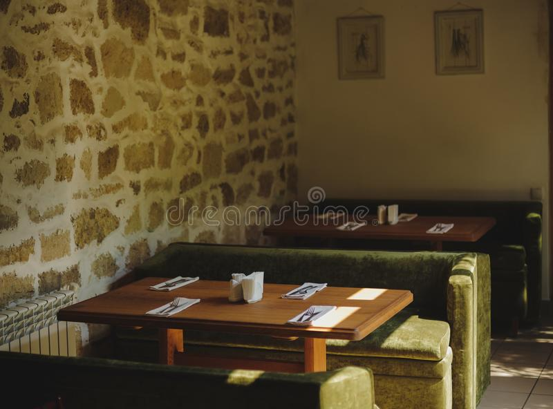 Style de restaurant de vintage Décorations, tables, sofas sur à l'intérieur brouillé un fond Concept d'intérieur de café Copiez l photo libre de droits