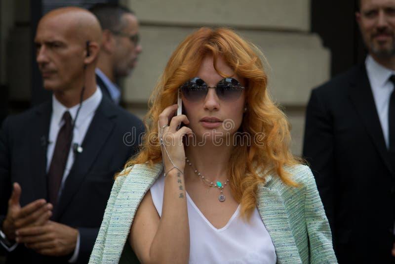 Style de rue : Les gens attendant pour assister au défilé de mode de Gucci à Milan, le 23 juin 2014 images stock