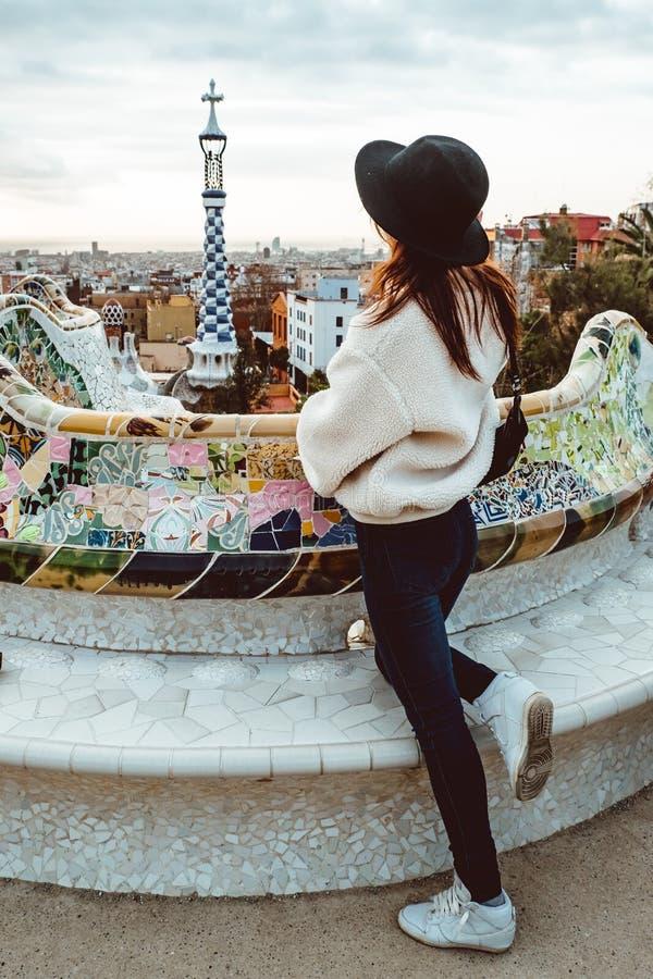 Style de signature de Barcelone femme de touristes moderne dans le manteau au parc de Guell ? Barcelone image libre de droits