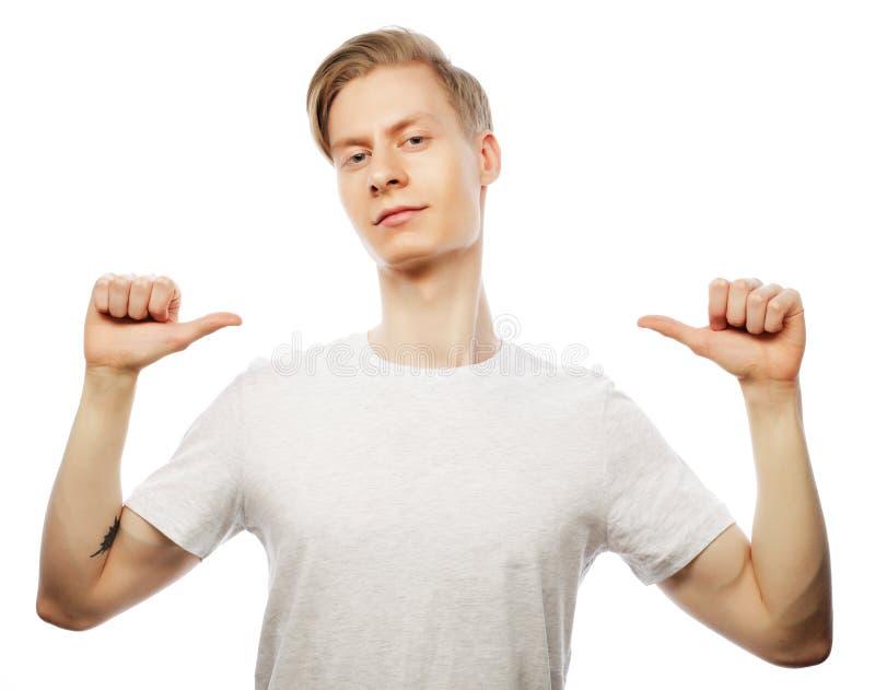 Style de vie et concept de personnes : homme bel dans la chemise blanche photos libres de droits