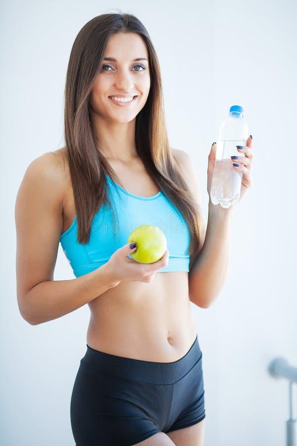 Style de vie sain Belle jeune femme convenable tenant une bouteille de l'eau photos stock