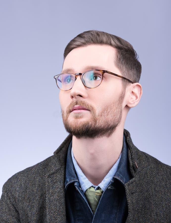 Style du ` s d'hommes Portrait vertical d'un jeune homme avec une barbe et un n photos stock