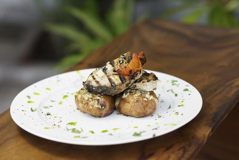 Style grillé de Portugais de poissons et de pomme de terre image stock