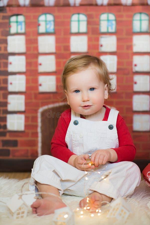 Style lumineux de garçon mignon d'enfant en bas âge photos libres de droits