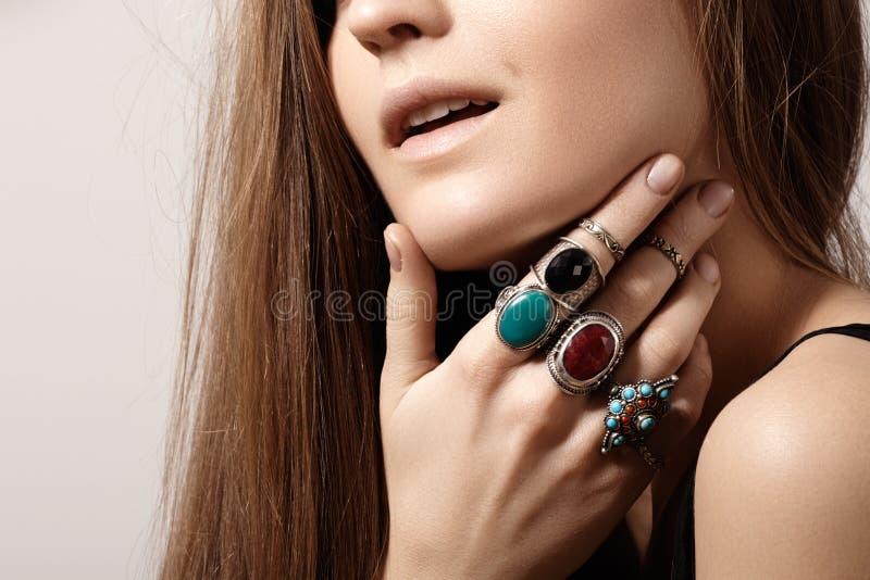 Style luxueux avec les bijoux chics impressionnants, anneau de vintage Accessoire romantique de boho photo stock