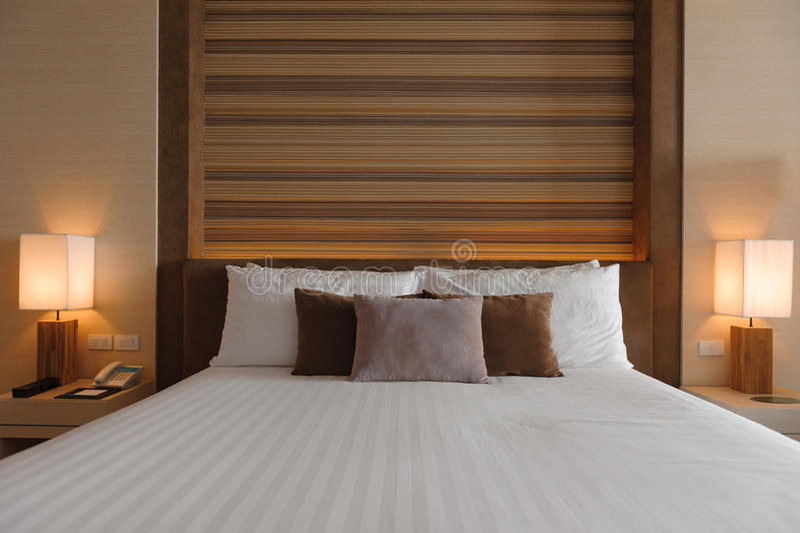 Style moderne de conception intérieure de chambre à coucher photographie stock