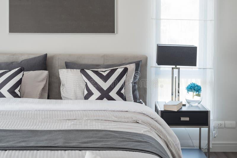 Style moderne noir et blanc de chambre coucher avec la lampe noire photo stock image du - Chambre a coucher en noir et blanc ...