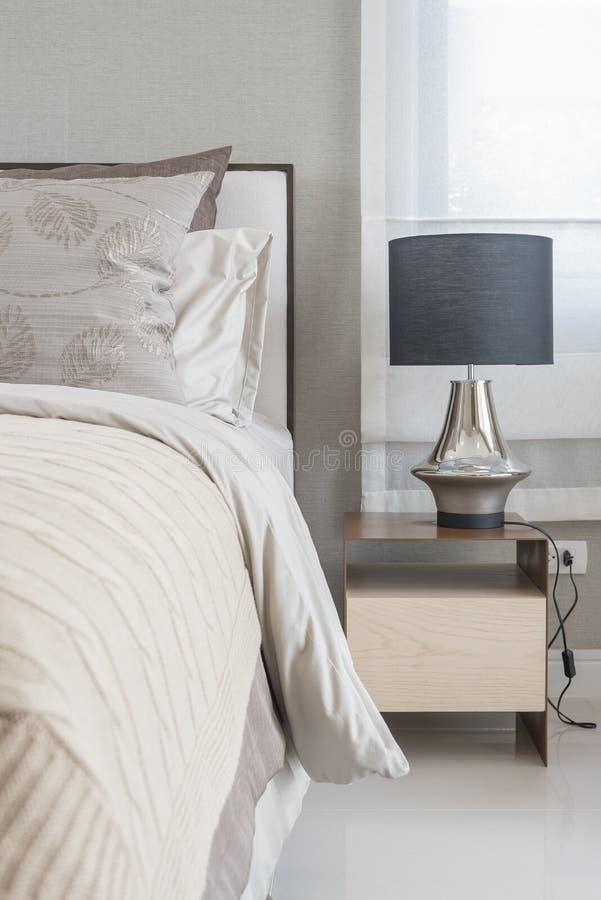 Style noir classique de lampe sur la table en bois photographie stock
