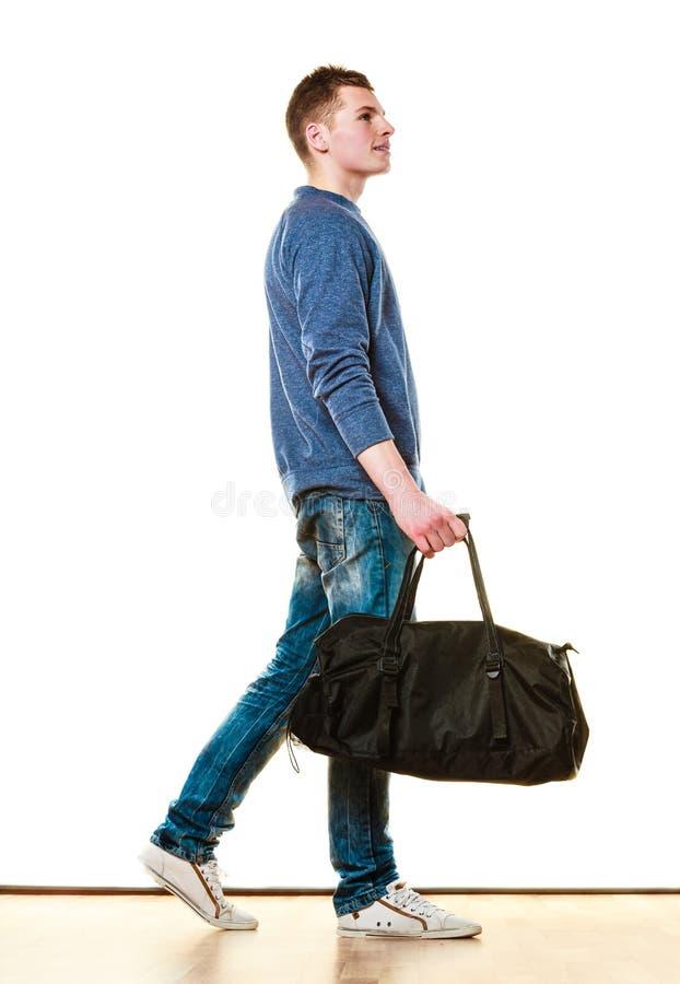 Style occasionnel de jeune homme avec le sac d'isolement photos stock