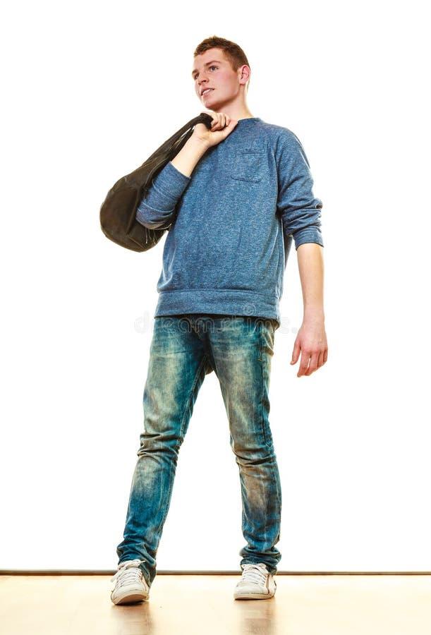 Style occasionnel de jeune homme avec le sac d'isolement photo stock
