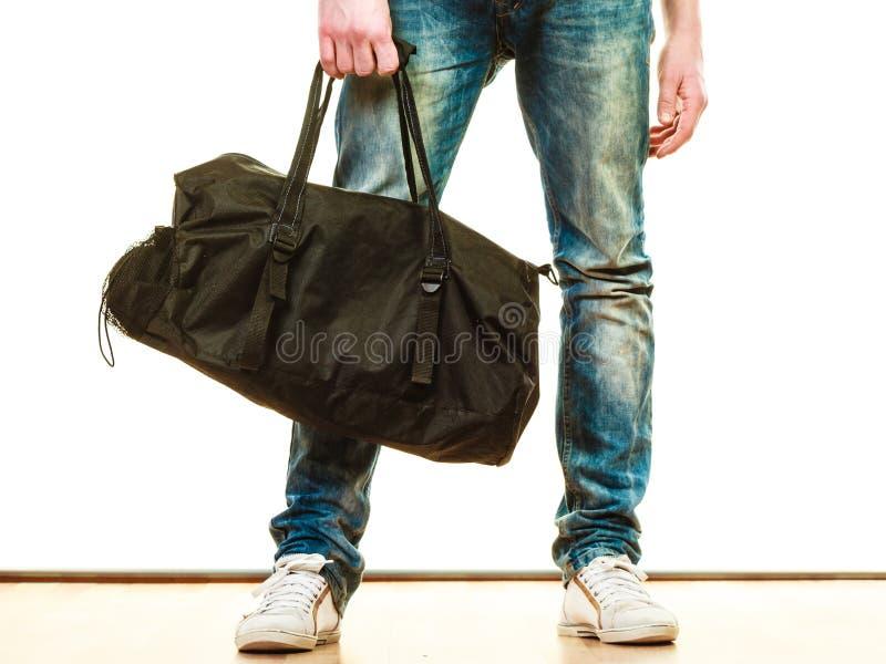 Style occasionnel de jeune homme avec le sac d'isolement images stock