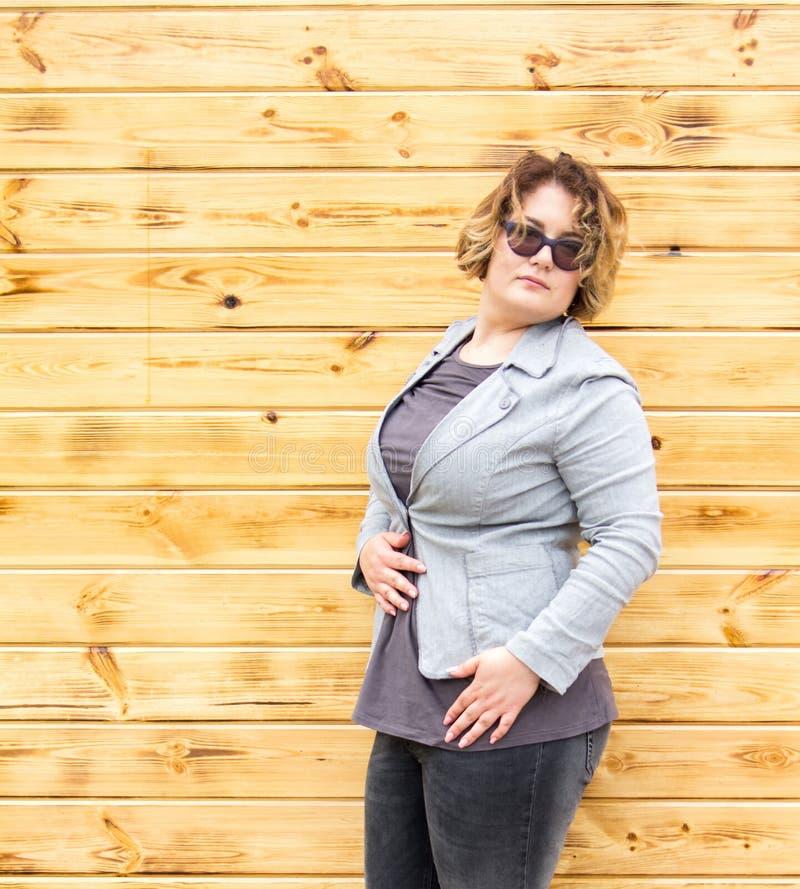 Style occasionnel de rue de ville de portrait de femme de plus-taille de Xxl photo libre de droits