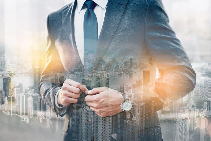 Style parfait Plan rapproché d'homme d'affaires élégant boutonnant sa veste tout en se tenant dehors avec le paysage urbain sur image libre de droits