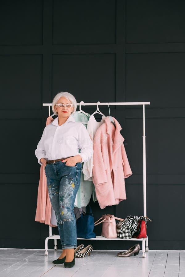 Style personnel de mode de femme agée supérieure de tendance photo libre de droits