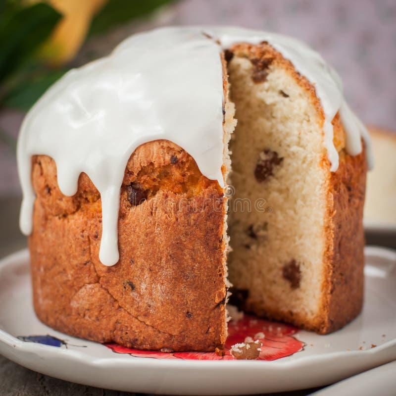 Style rustique Kulich, pain doux russe de Pâques complété avec Suga image libre de droits