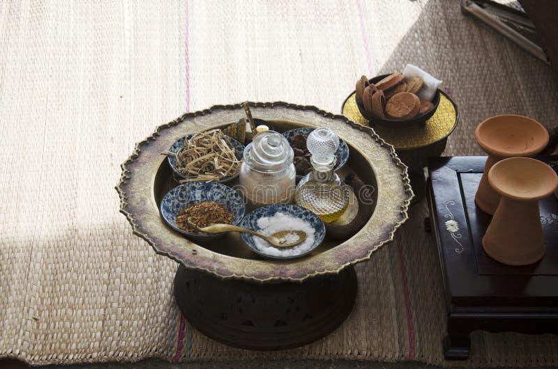 Style thaïlandais antique cosmétique de fines herbes de station thermale de soins de la peau et de massage image stock