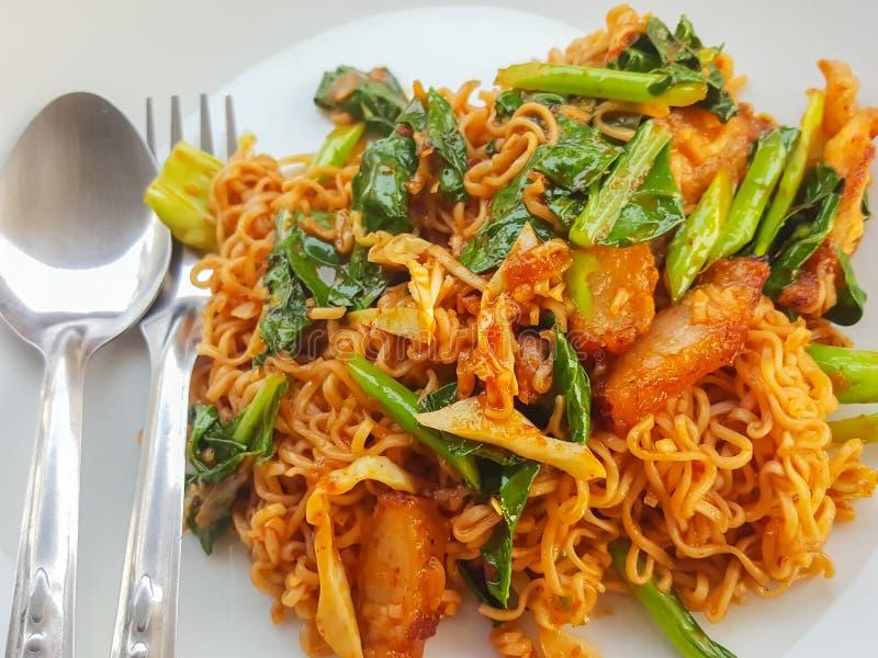 Style thaïlandais de nourriture : L'émoi épicé a fait frire le curr &fried de porc de nouille instantanée images libres de droits