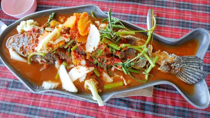 Style thaïlandais de nourriture, vue supérieure de soupe aigre avec des poissons et veggies mélangés dans le pot chaud dans le re photos libres de droits