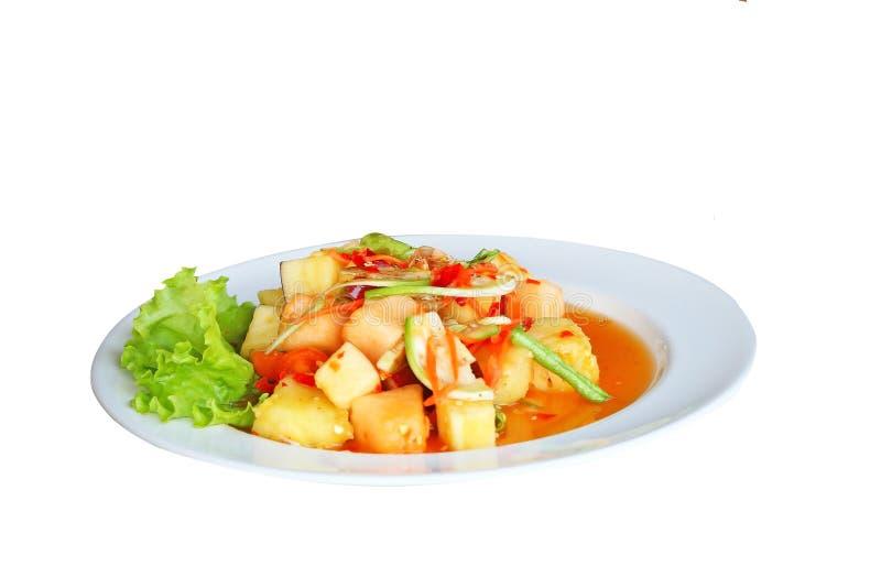 Style thaïlandais mélangé de salade épicée de fruit d'isolement sur le fond blanc image libre de droits