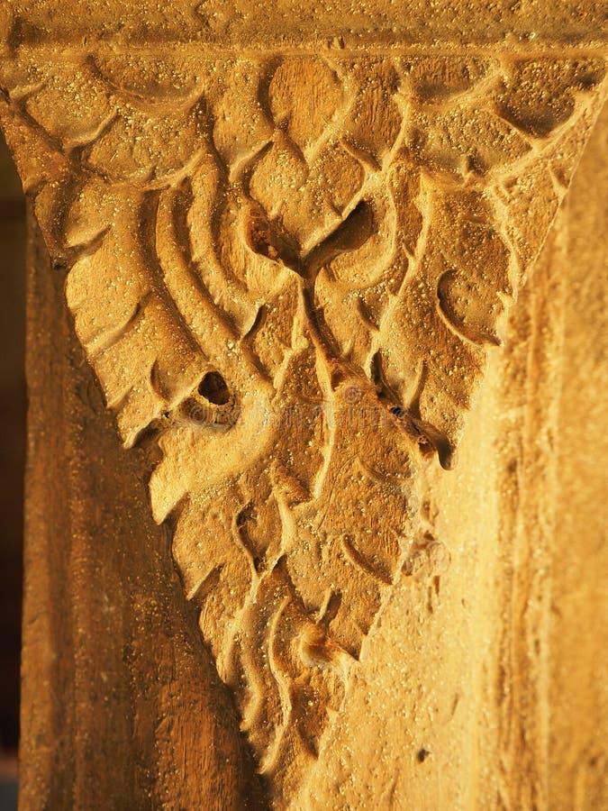 style thaïlandais Main-découpé de portes en bois photos stock