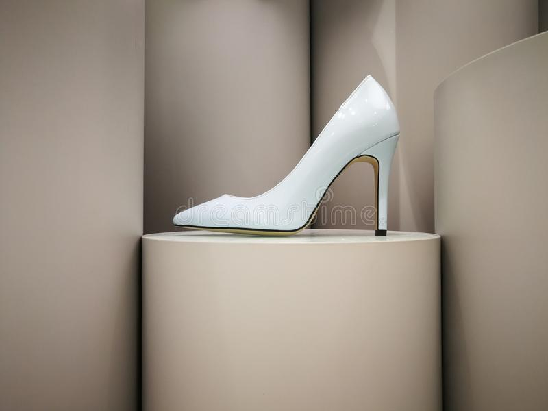 Stylet à haute brillance blanc sur l'affichage images stock