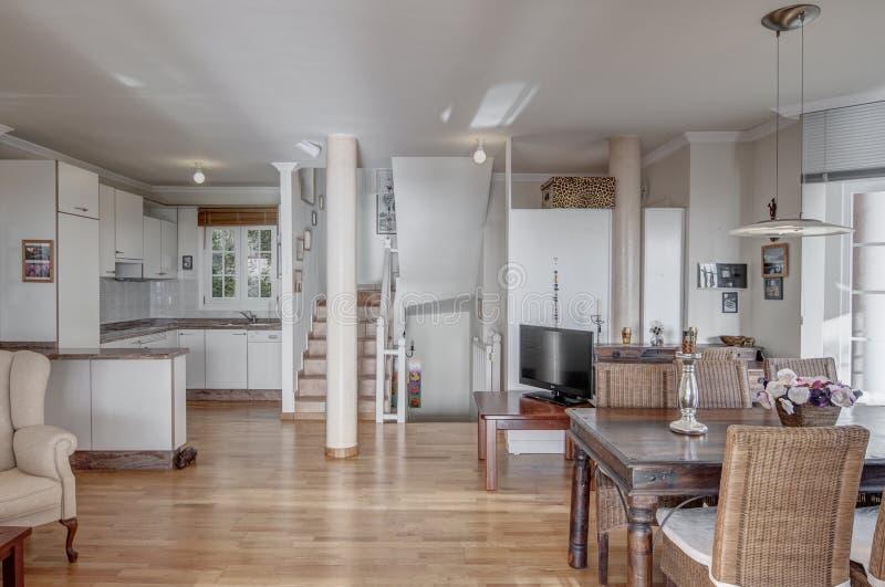 Stylewhite kök med matsal royaltyfri fotografi