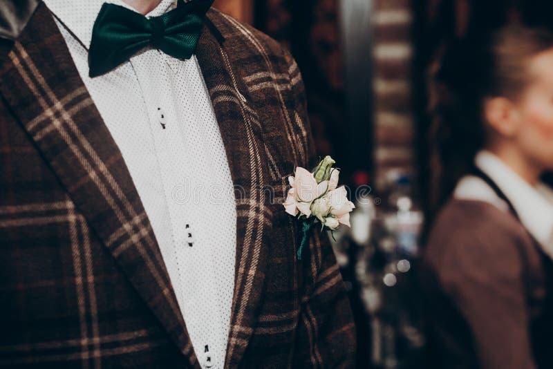 Stylish boutonniere em macacão bouquet rústico e jaqueta próximos na recepção do casamento espaço para texto floral foto de stock