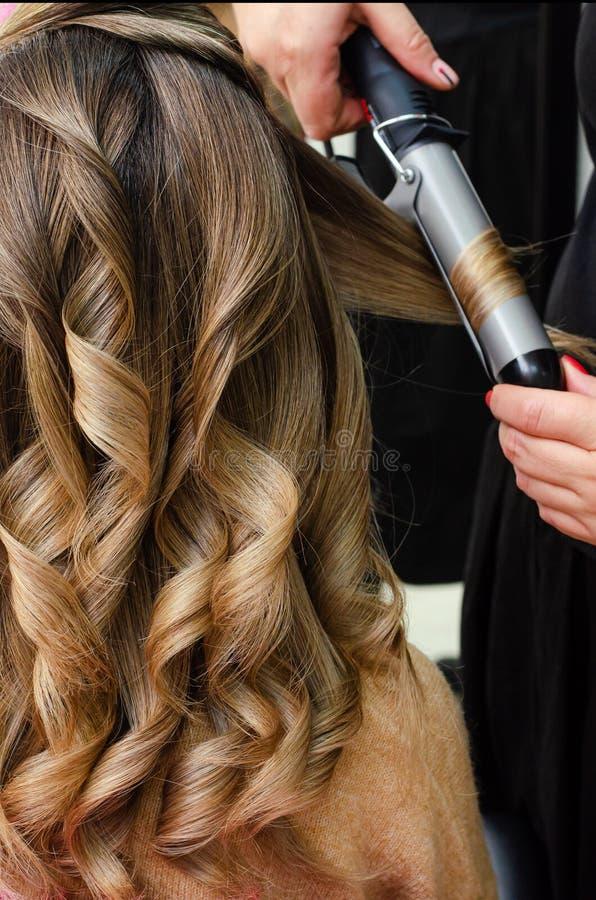 Stylist som gör en frisyr med hårklippare Beauty salon-konceptet Lodrät royaltyfri fotografi