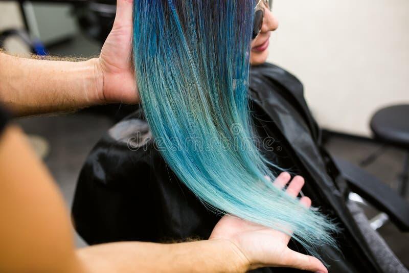 Stylista demonstruje jego pracę z Piękną dziewczyną Fryzjera męskiego koloru ostrzyżenie farbujący włosiany błękit zdjęcia royalty free
