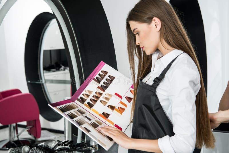 Stylista patrzeje włosiane kolor próbki zdjęcie royalty free