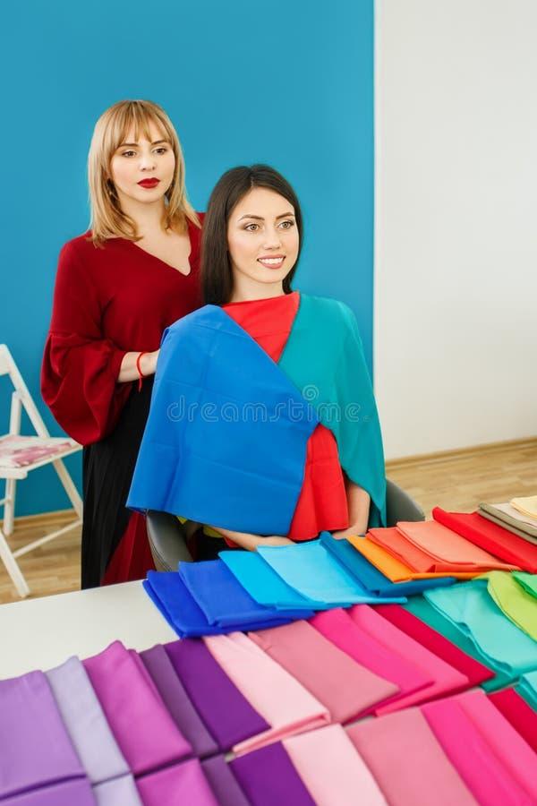 Stylista pracuje z młodą kobietą obraz stock