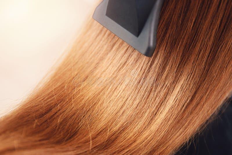 Stylista robi projektować długie włosy Hairdryer fotografia royalty free