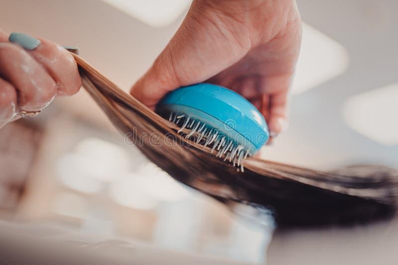 stylista szczotkuje kobieta włosy w salonu basenie obraz royalty free