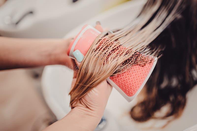 stylista szczotkuje kobieta włosy w salonu basenie obrazy stock