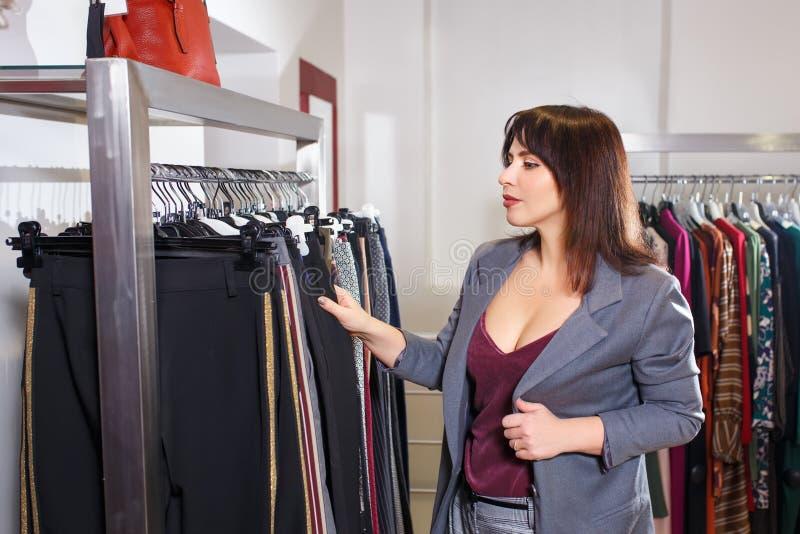 Stylista wybiera odzieżowego w sklepie obrazy royalty free