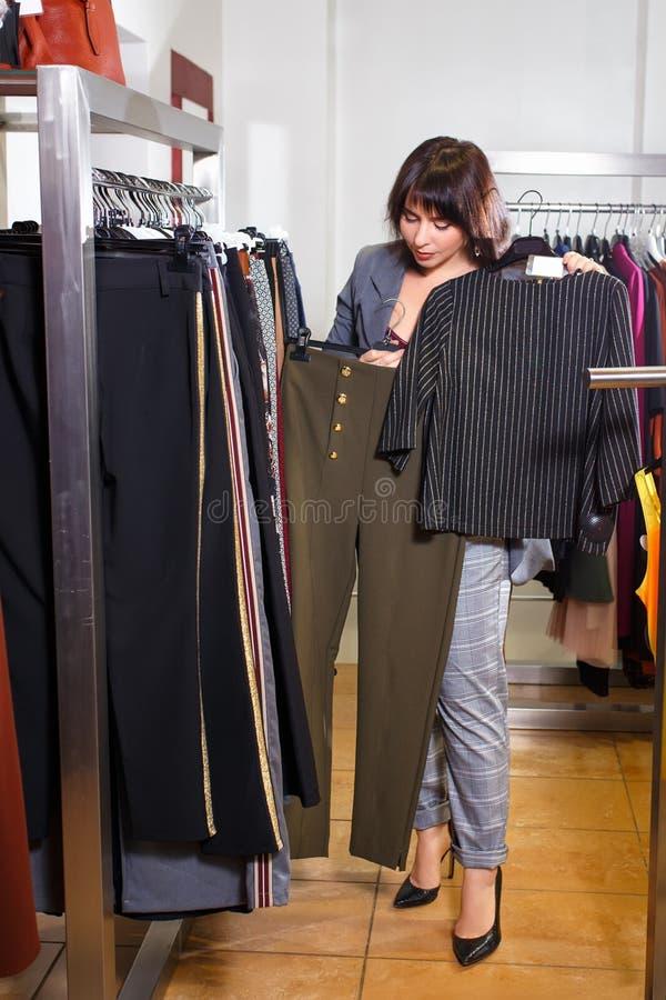 Stylista wybiera odzieżowego w sklepie fotografia royalty free