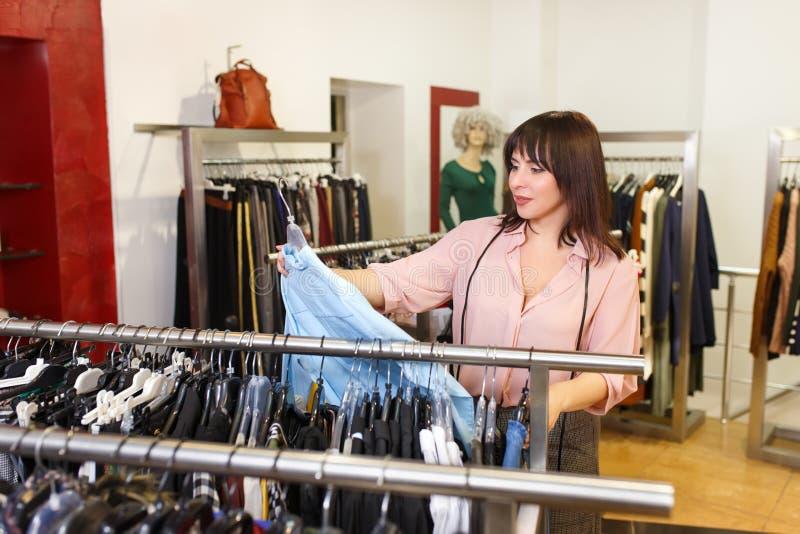 Stylista wybiera odzieżowego w sklepie obraz royalty free