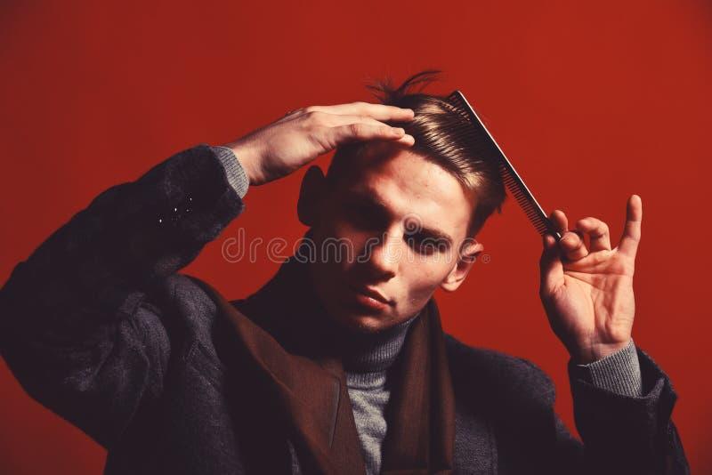 Stylista z poważną twarzą robi fryzurze Mężczyzna w rocznika stylu zdjęcia stock
