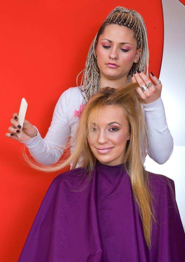 Styliste de cheveu au travail photographie stock libre de droits