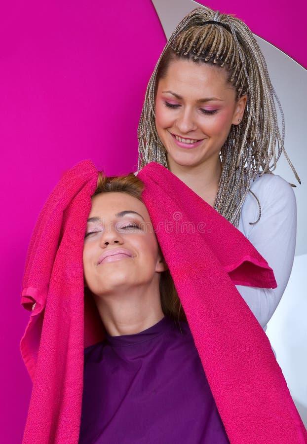 Styliste de cheveu au travail images stock