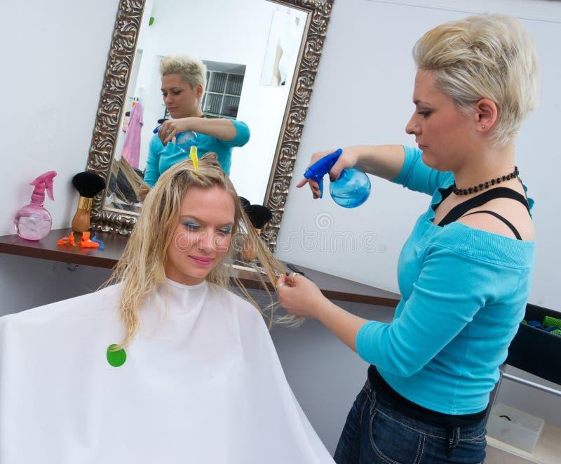 Styliste de cheveu au travail images libres de droits