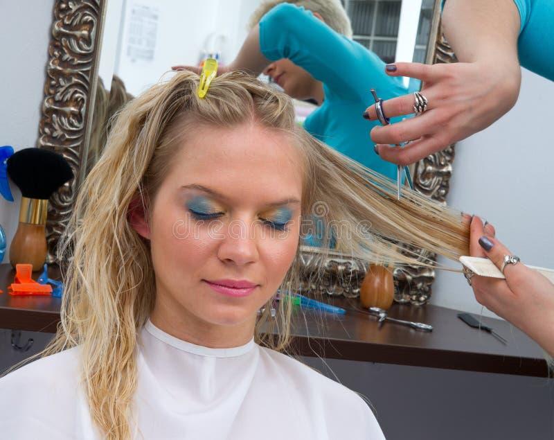 Styliste de cheveu au travail photo libre de droits
