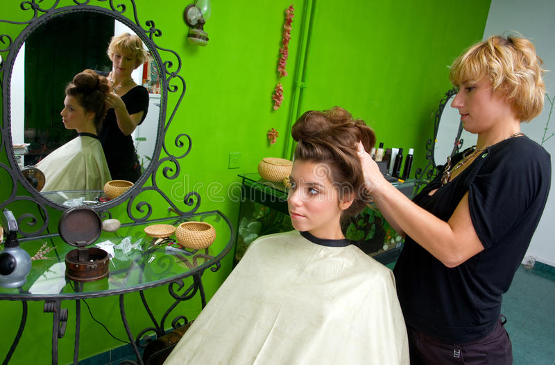 Styliste de cheveu au travail image libre de droits