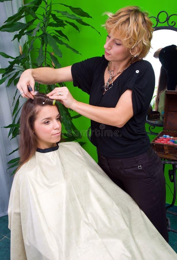 Styliste de cheveu au travail image stock