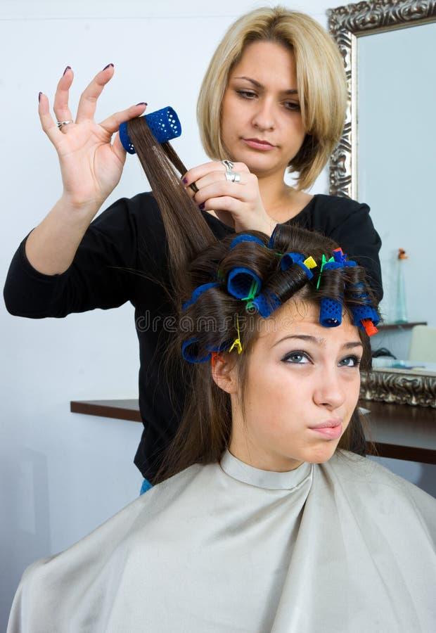 Styliste de cheveu dans le travail images libres de droits