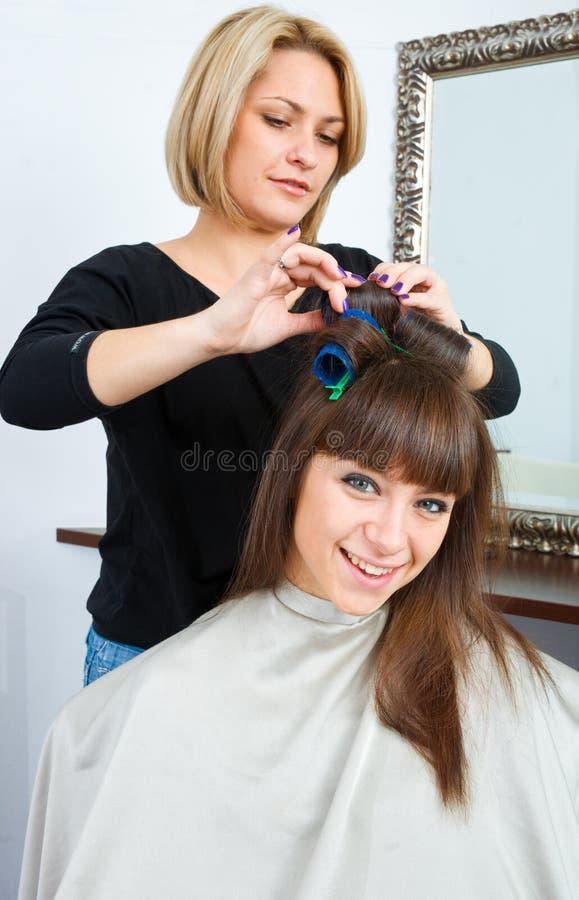 Styliste de cheveu dans le travail photographie stock
