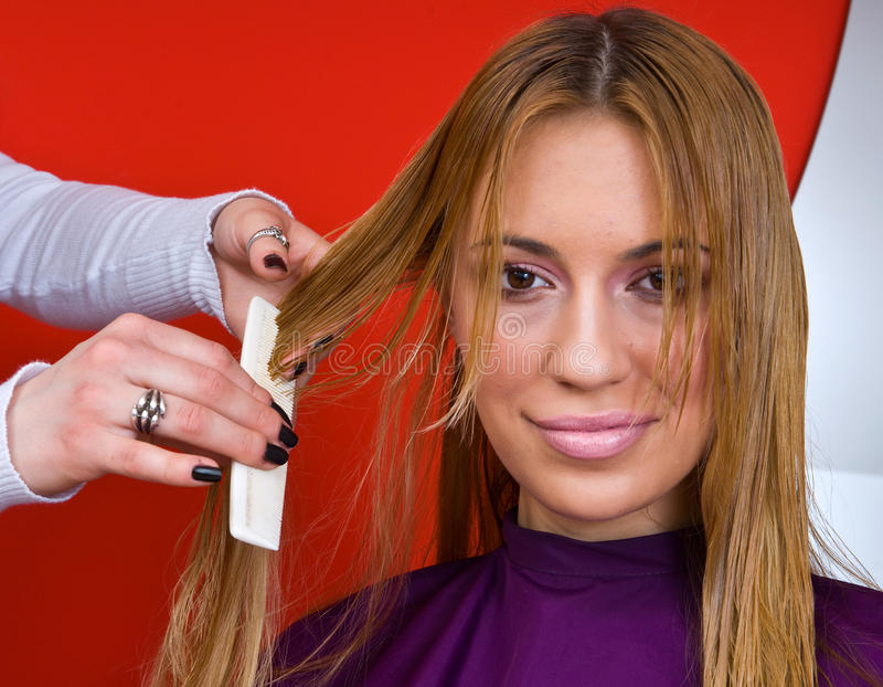 Styliste de cheveu effectuant la coupe images stock