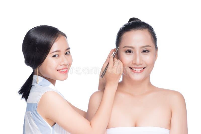 Stylisten gör yrkesmässig ögonmakeup Härlig asiatisk modell royaltyfri bild